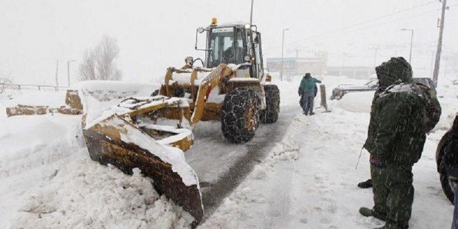 التساقطات الثلجية تتسبب في قطع العديد من الطرق بالمغرب