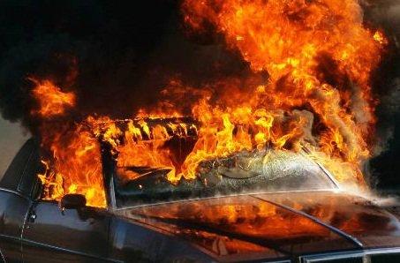 طنجة: إحتراق سيارة بالكامل بساحة المسيرة ونجاة سائقها بأعجوبة