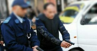 ضابطا أمن يضطران إلى إشهار أسلحتهما لتوقيف شخص عرض حياة عناصر الشرطة لتهديد خطير