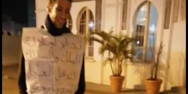 شاب يعتصم مع أسرته في مواجهة مكتب لمنعش عقاري